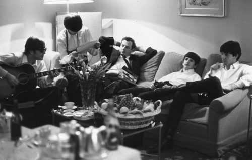 I Beatles a Parigi con Brian Epstein. Foto: Harry Benson/Getty Images