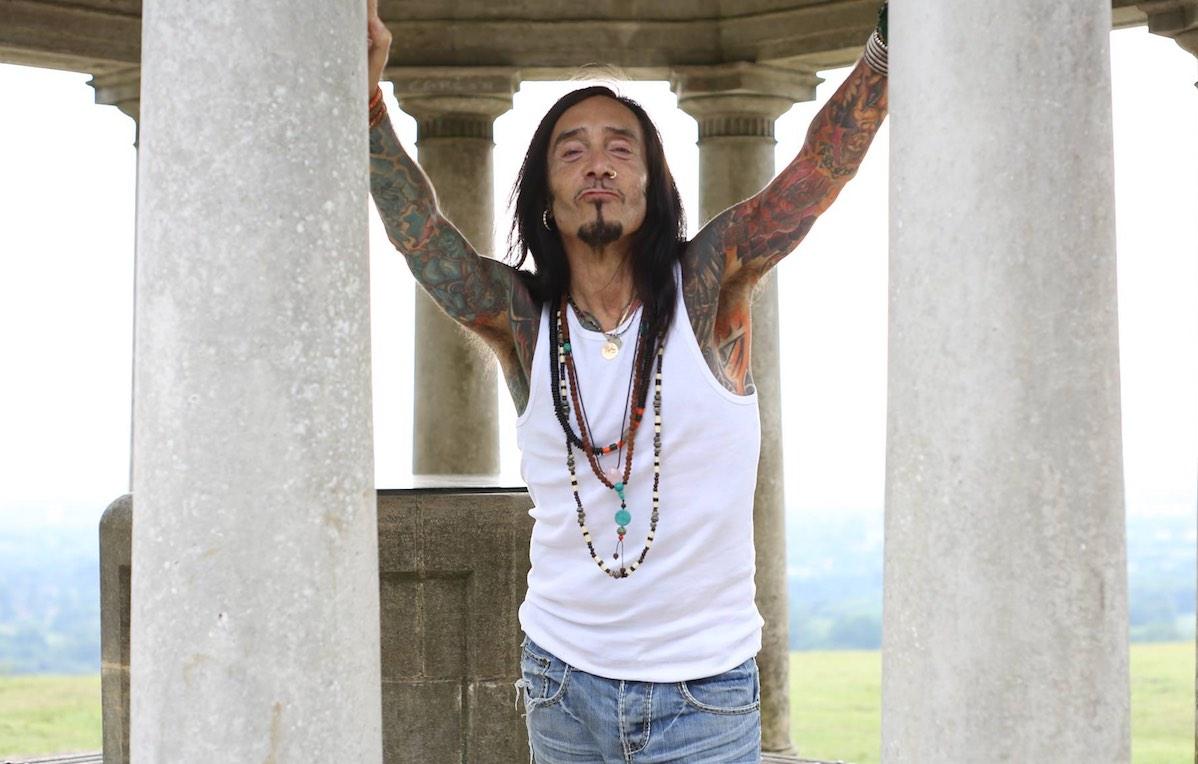 David Sye insegna yoga da oltre 20 anni. Suo padre era il cantante Frankie Vaughan