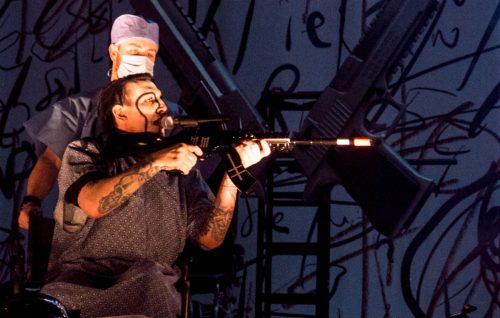 Marilyn Manson ha puntato un fucile giocattolo sul suo pubblico