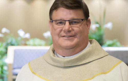 «Sono gay e non voglio lasciare il sacerdozio», il coming out del prete scatena l'applauso in Chiesa