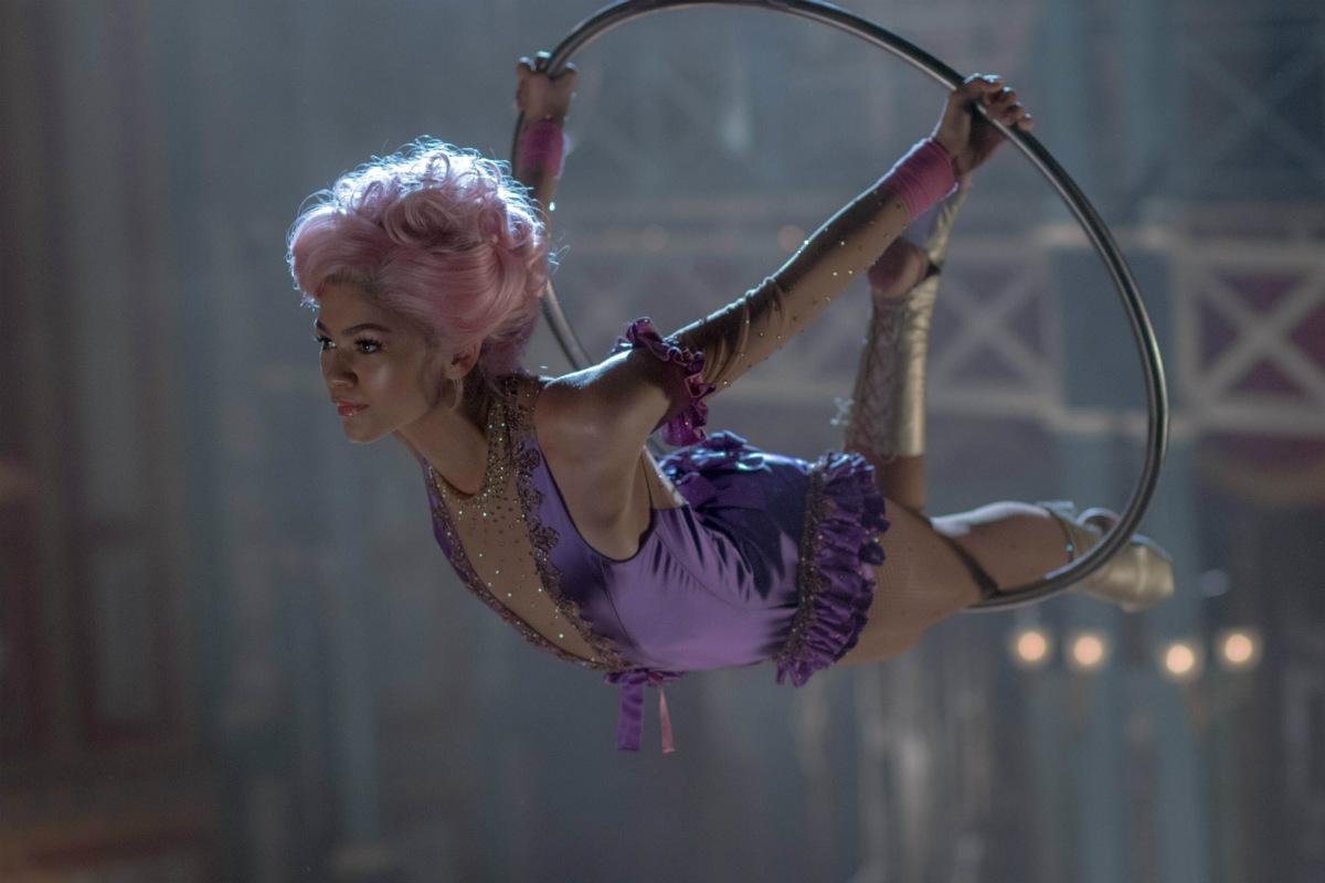 Zendaya, che interpreta la trapezista Anne Wheeler, indossa un costume impreziosito da cristalli Swarovski. Credit: Niko Tavernis