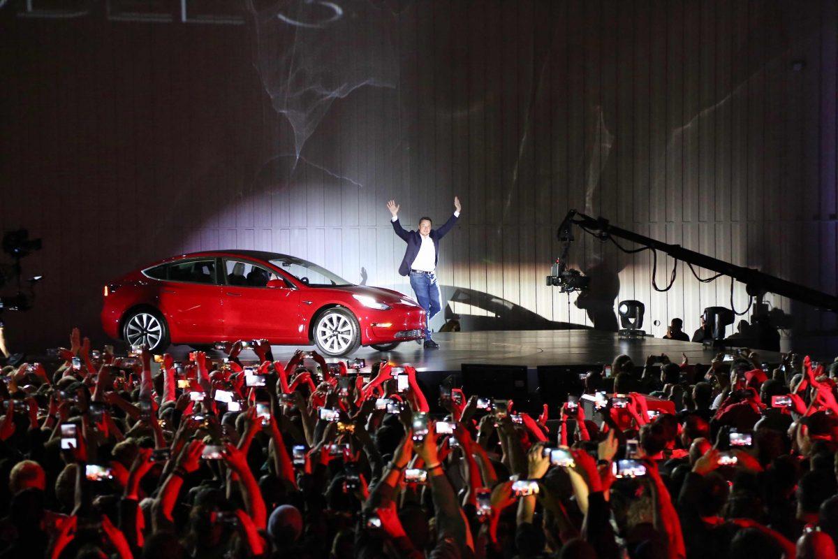 Musk alla presentazione della Tesla Model 3