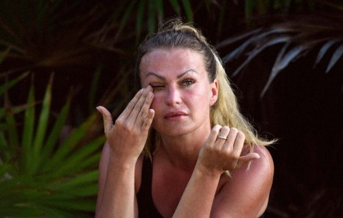L'Isola dei Famosi, Eva Henger la spiona paga per una canna