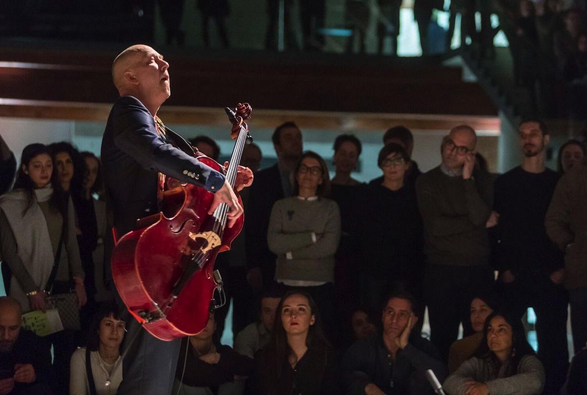La performance di Erns Rejseger. Foto di Matteo De Fina