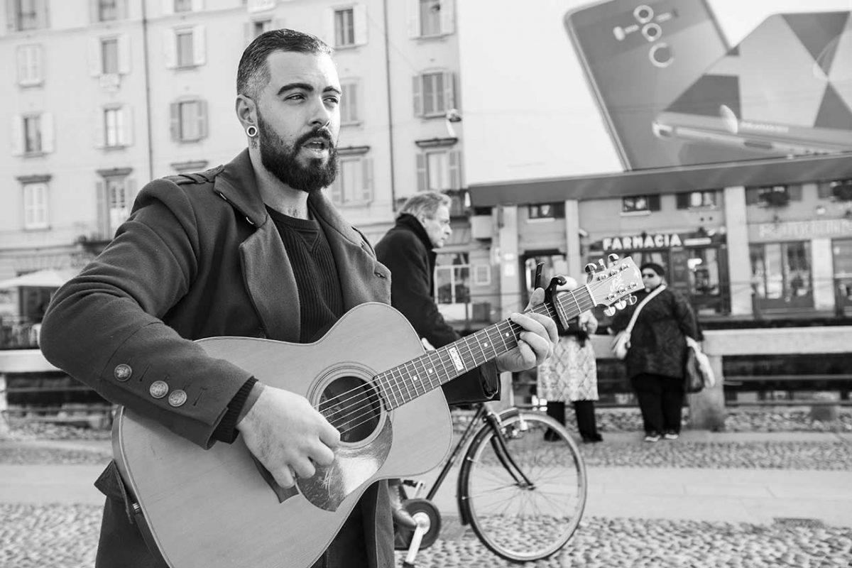 Elianto, al secolo Elia Morra,  29 anni di Milano. Prefessione: inventacanzoni.