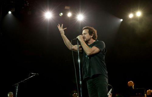 """Eddie Vedder sale sul palco con Will Ferrell e Chad Smith per cantare """"Personal Jesus"""""""