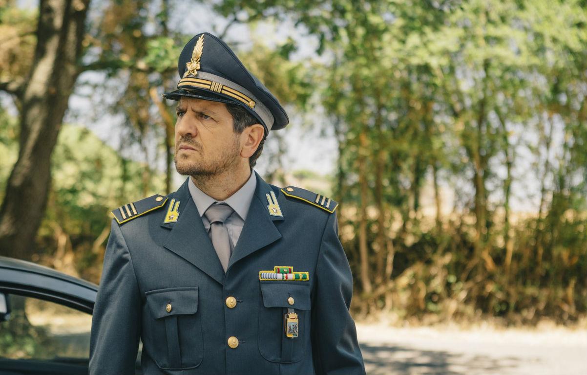 Fabio De Luigi nei panni del maresciallo della Guardia di Finanza Simone Recchia.