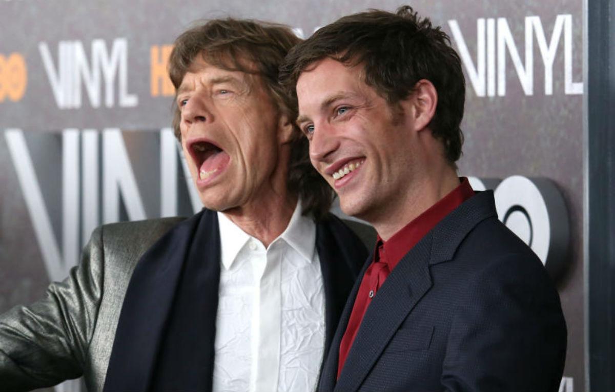 """Mick e James Jagger, padre e figlio, durante la premiere di """"Vinyl"""" a New York. Il giovane attore era uno dei protagonisti della serie HBO. Foto IPA."""