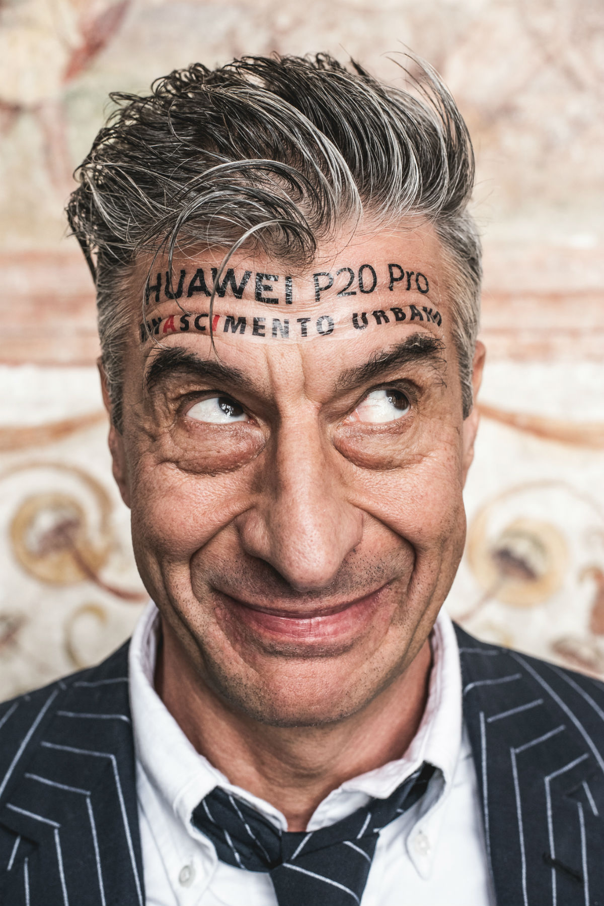 Maurizio Cattelan per Huawei P20 - Foto stampa
