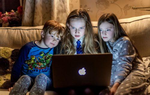 «YouTube raccoglie illegalmente dati sui bambini», la denuncia delle associazioni dei consumatori
