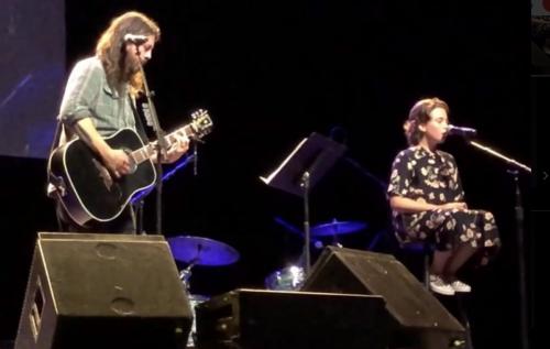 Dave Grohl sul palco insieme alla figlia Violet, 12 anni. Immagine via Twitter