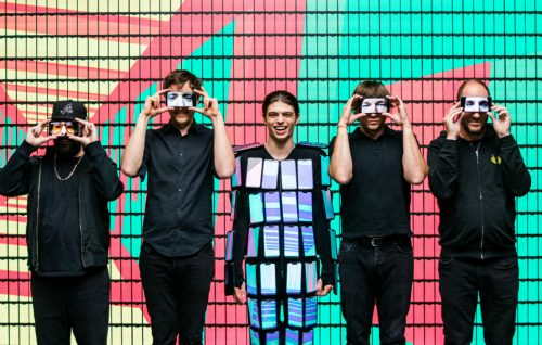 Gli OK GO hanno vestito un ballerino con 89 ZenFone 5, il nuovo smartphone di Asus, per uno dei loro video - Foto Stampa