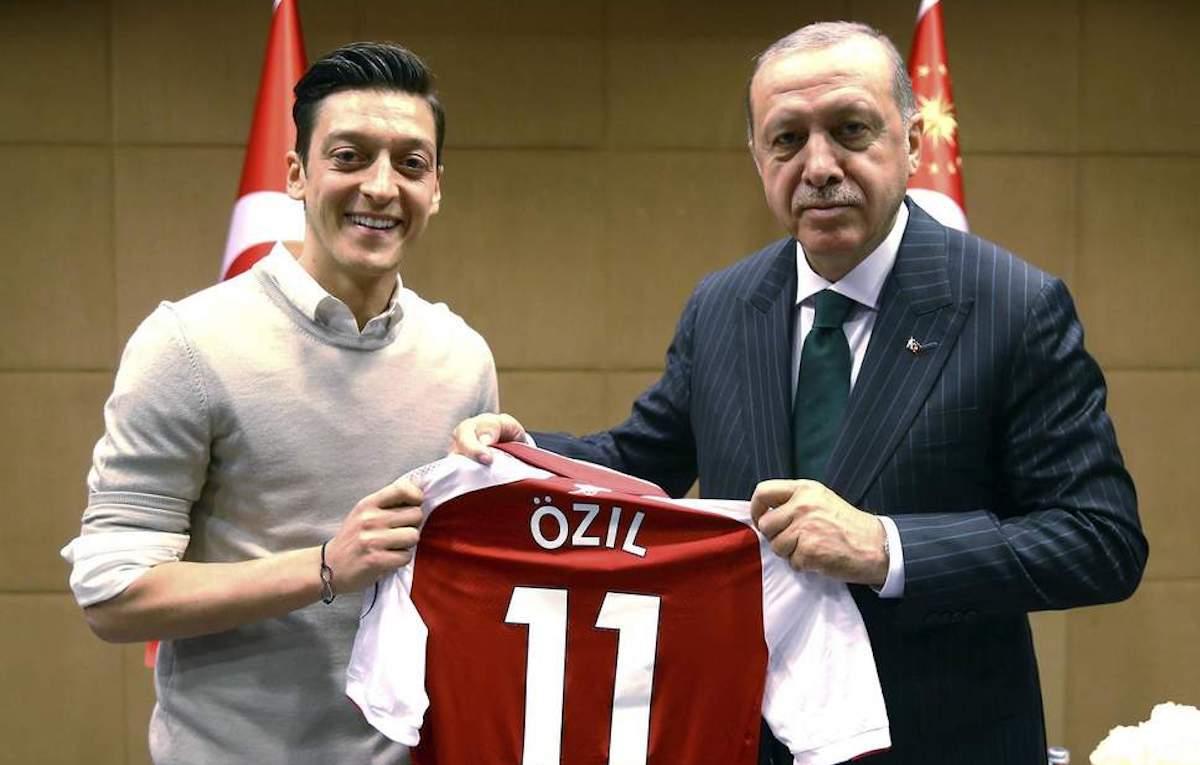 https://www.rollingstone.it/wp-content/uploads/2018/07/mesut-ozil-erdogan-130518.jpg