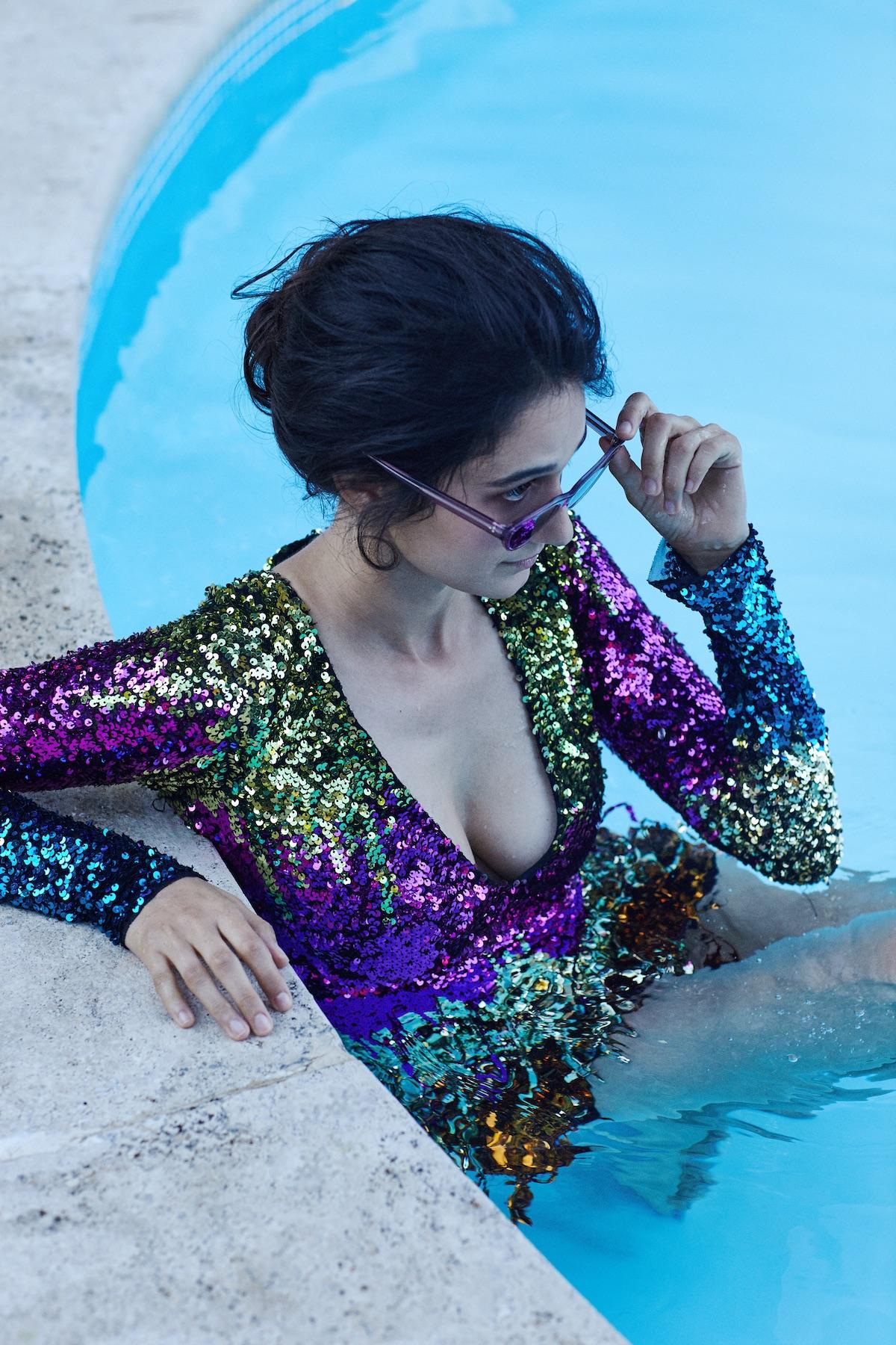 Foto: Carlo Piro- Style: Francesca Piovano. Abito in paillettes Amen, occhiali da sole modello Zasia con montatura color ametista e lente blu Oliver Peoples.