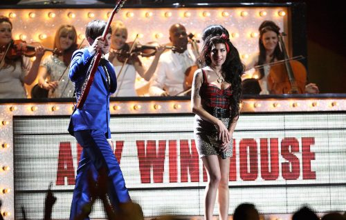 Mark Ronson e Amy Winehouse sul palco dei BRIT Awards il 20 febbraio 2008. Getty Images