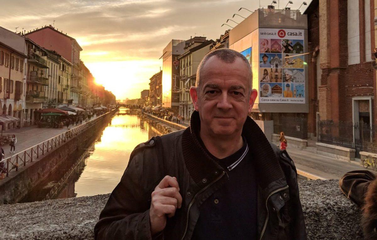 Dave Haslam al tramonto sul Naviglio. Foto di Mauro Del Rio