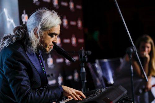 Morgan al piano durante uno dei talk targati Glo - Foto di Luca Massaro