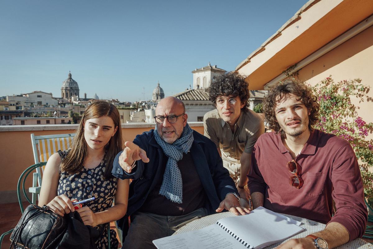 """Giulia Vetere, Paolo Virzì, Mauro Lamantia e Giovanni Toscano sul set di """"Notti Magiche""""."""