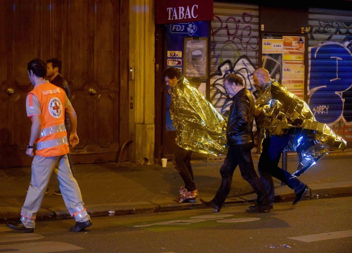 Alcuni sopravvissuti alla strage. Foto: Antoine Antoniol/Getty Images