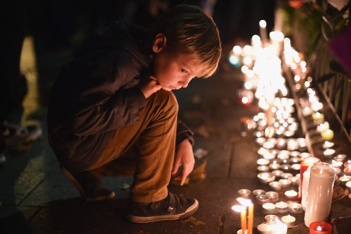 Un bambino alla veglia per le vittime del Bataclan. Foto: Jeff J Mitchell/Getty Images