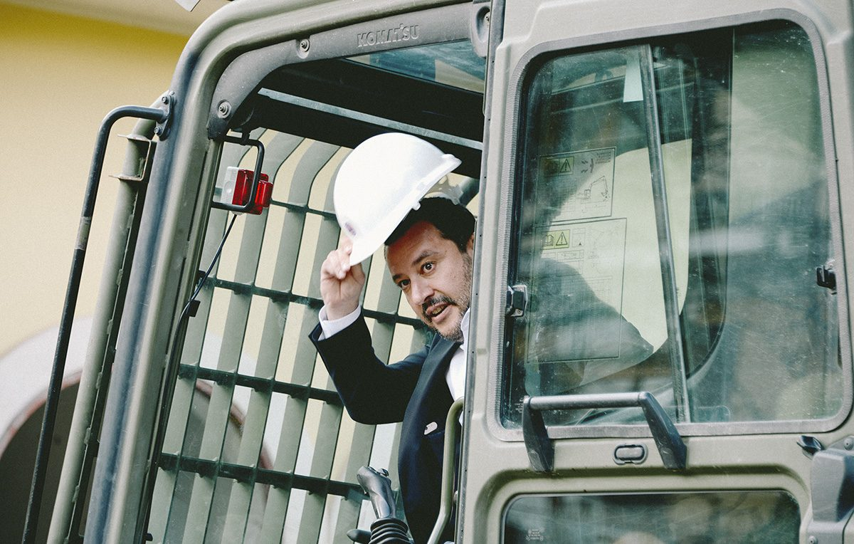 Matteo Salvini sulla ruspa che ha abbattuto l'immobile dei Casamonica