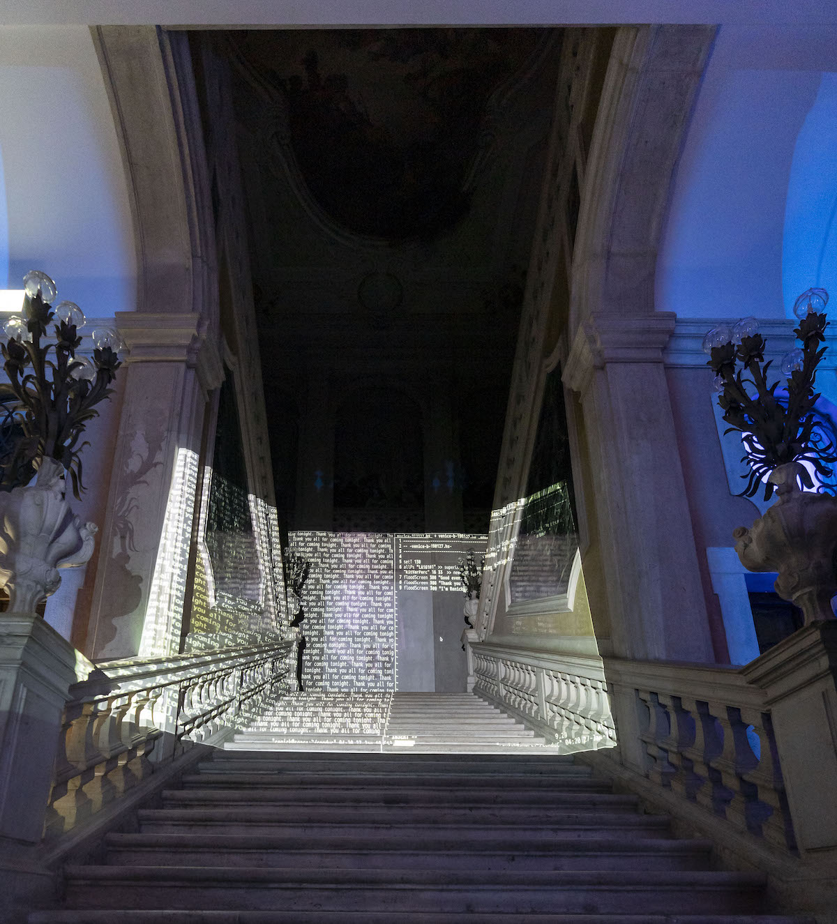 La proiezione  di Renick Bell sulla scala di Palazzo Grassi. Foto di Matte de Fina