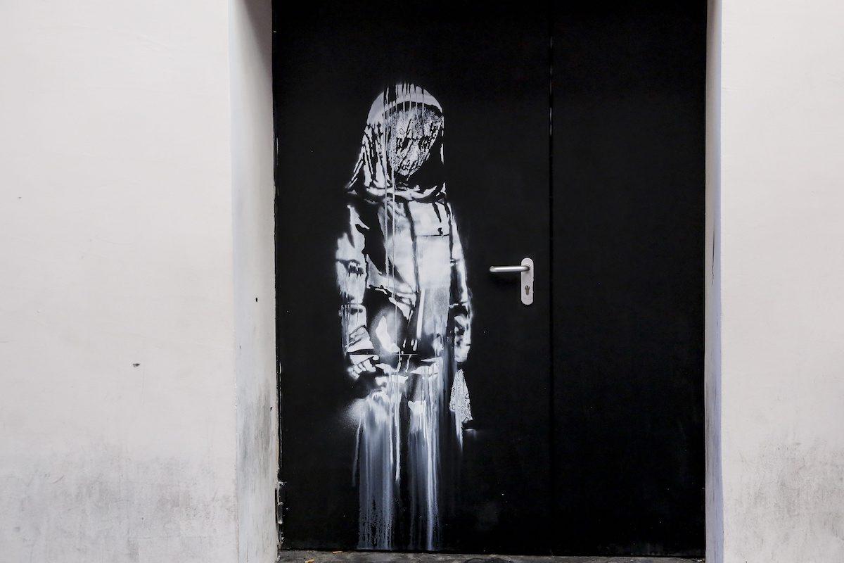 È stata rubata un'opera di Banksy che era conservata al Bataclan