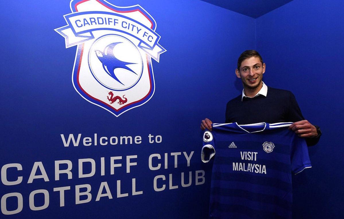 Emiliano Sala alla presentazione stampa con il Cardiff City. Foto via Twitter