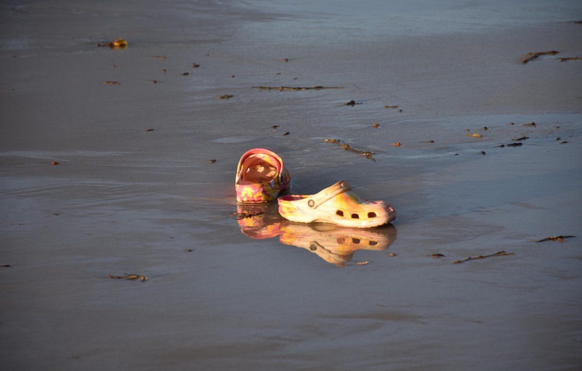 Ci sono anche le Crocs tra le cose da dimenticare nel 2018. Foto: TRFilm / Alamy / IPA