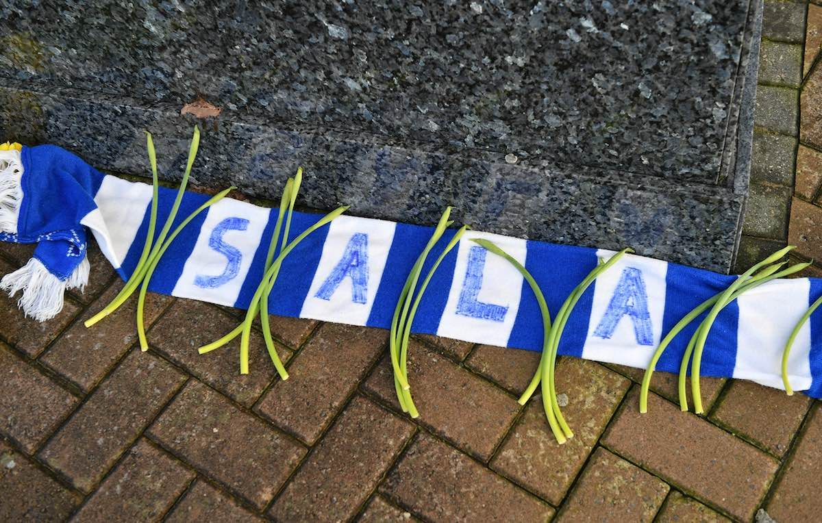 Fuori dallo stadio di Cardiff si raccolgono i fiori per Sala. Foto: Ben Birchall - PA Wire/PA Images / IPA
