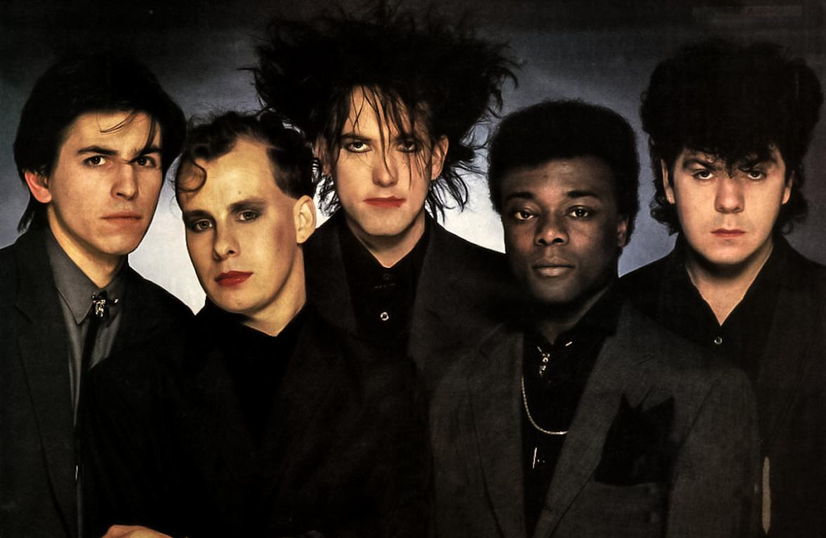 Andy Anderson (secondo da destra) insieme ai Cure