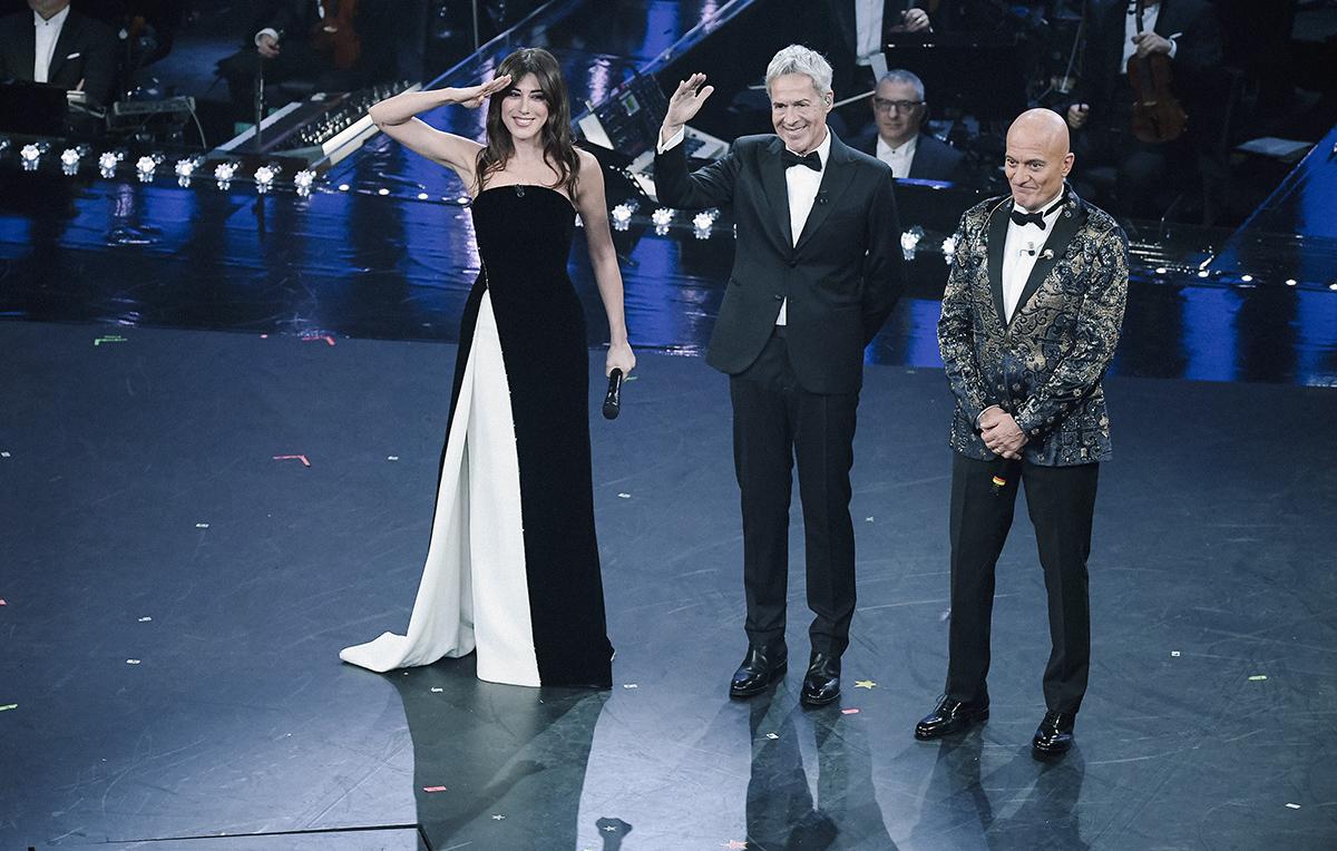 Virginia Raffaele, Claudio Baglioni e Claudio Bisio sul palco dell'Ariston. Foto IPA