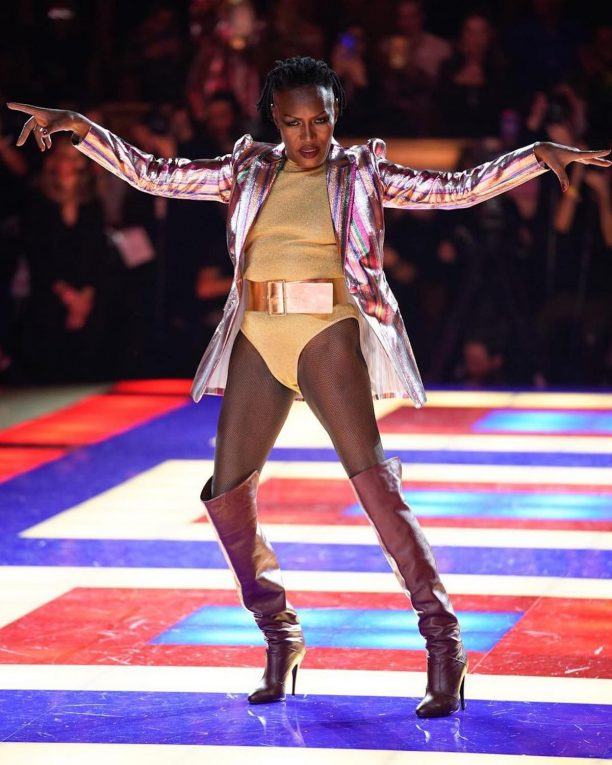 Grace Jones sfila per Tommy Hilfiger. Foto via Instagram @fashionfeed16