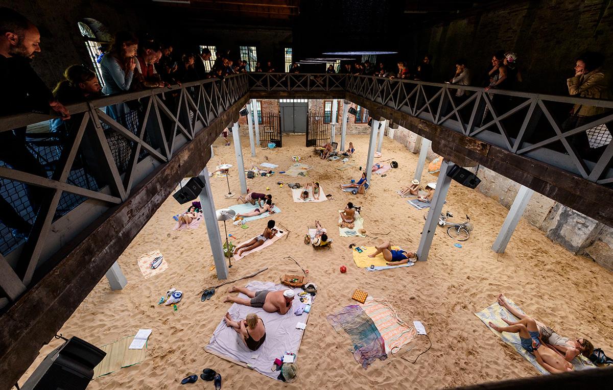 La spiaggia e tre donne conquistano la Biennale di Venezia