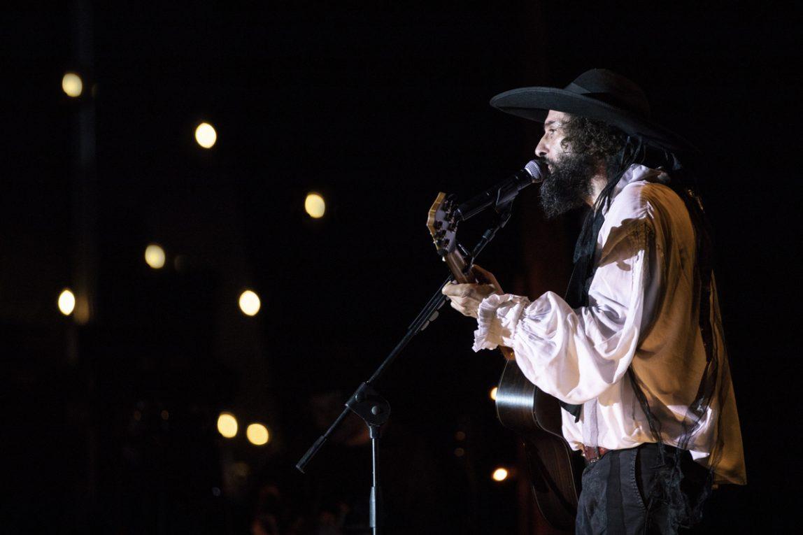 Vinicio Capossela è l'unico cantautore possibile nell'Italia dei barbari