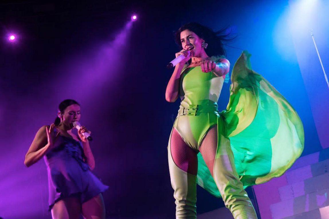 Marina sul palco del Fabrique . Foto via Vivo Concerti
