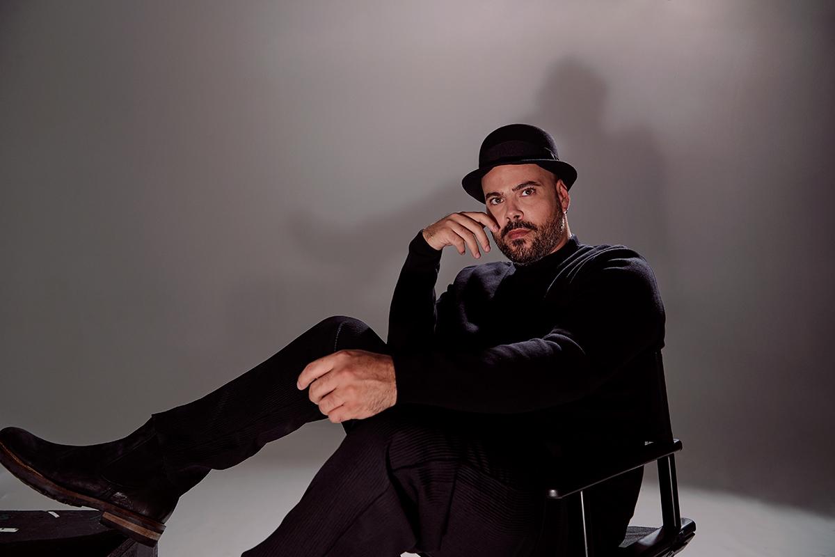 Marco D'Amore indossa: cappello Pasquale Bonfilio, pantaloni Tom Rebl, scarpe Lumberjack