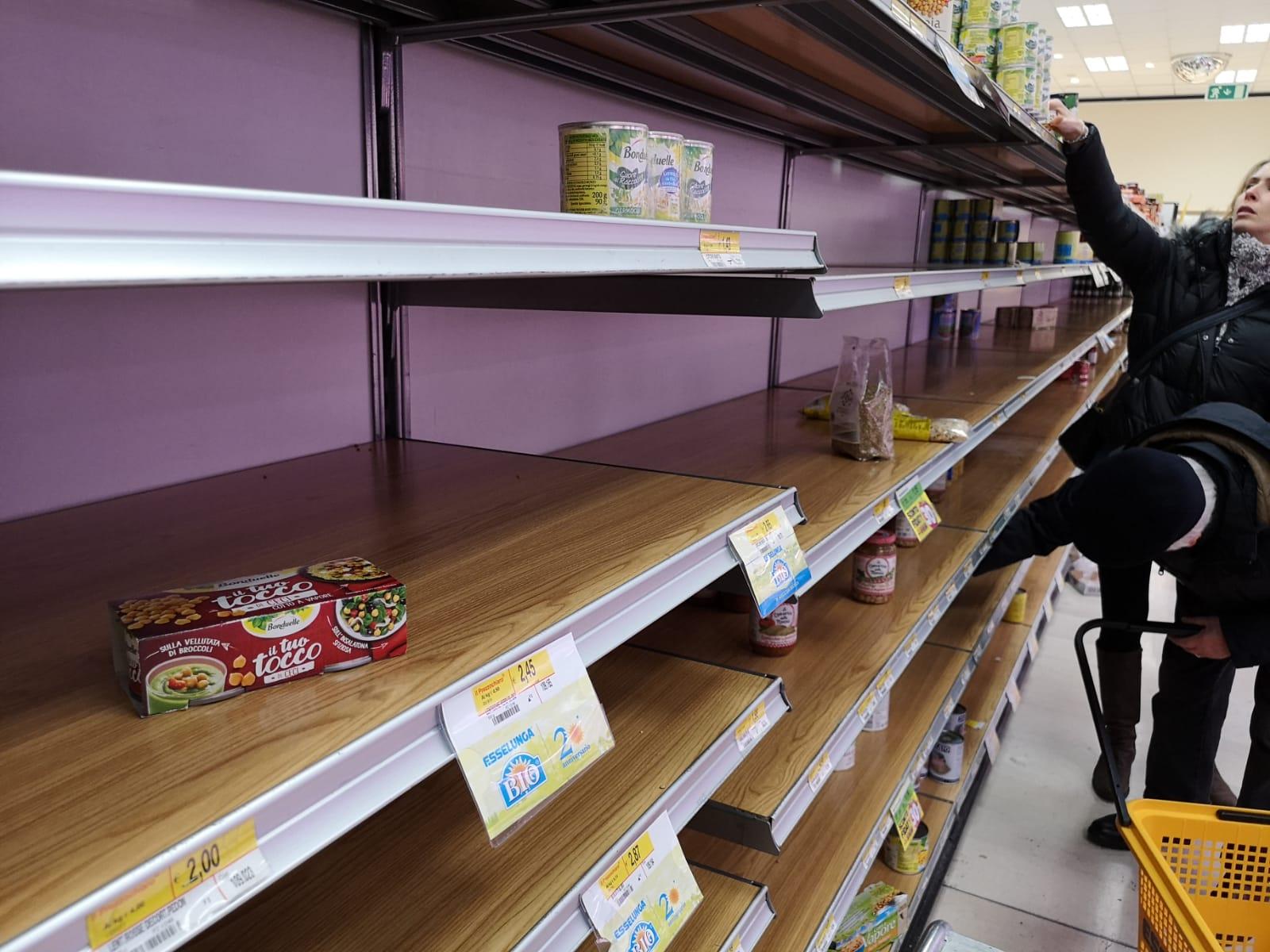 Supermercati vuoti e note audio su WhatsApp: come l'Italia sta impazzendo per il coronavirus