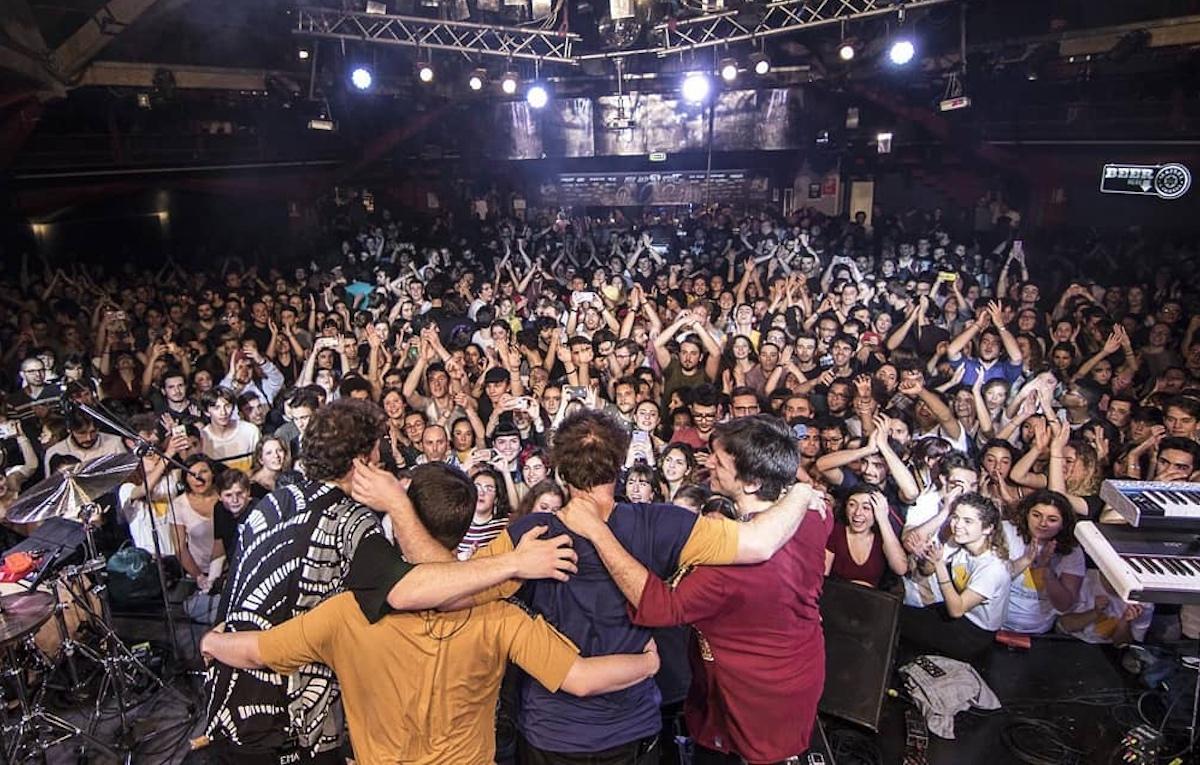 La musica torna nei club con capienza al 100%, pubblico in piedi e senza distanziamento